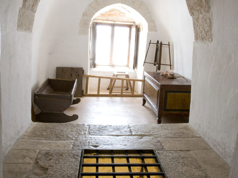 Il primo piano trullo sovrano casa museo alberobello for Stanza degli ospiti
